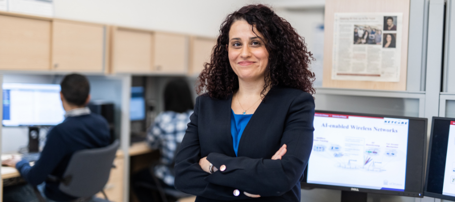 Professeure Melike Erol-Kantarci dans un laboratoire d'informatique