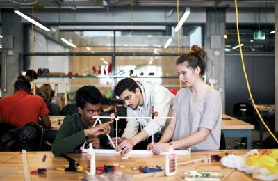 Un groupe d'étudiants travaillant sur un projet