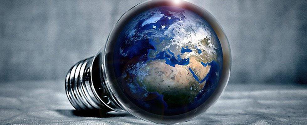Ampoule avec la planète terre dedans