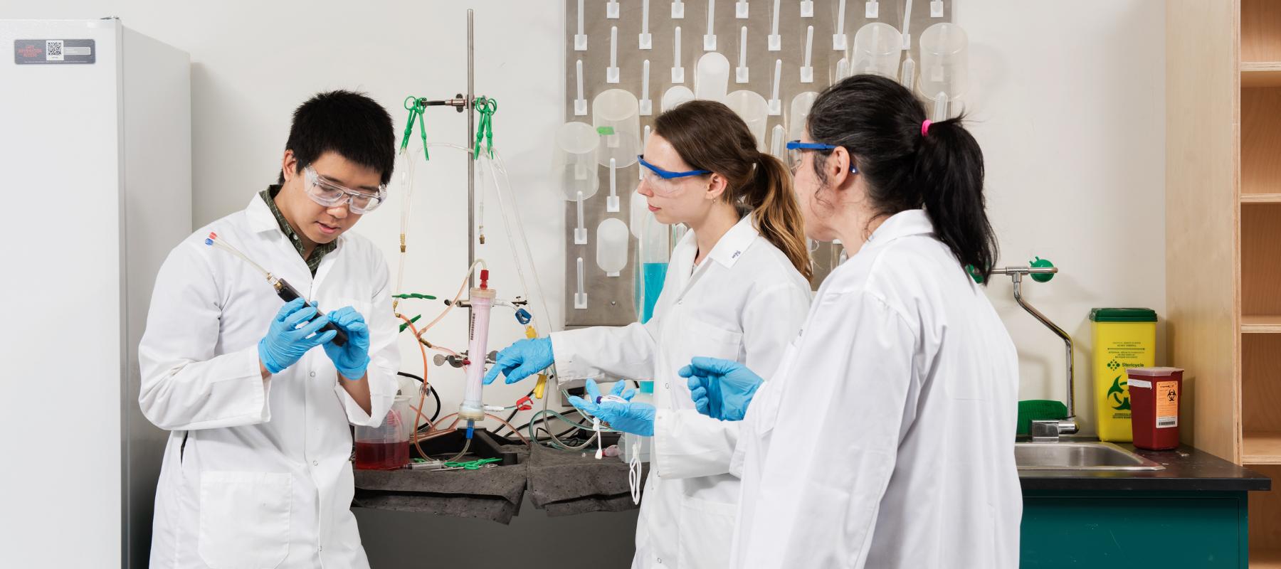 Des gens dans un laboratoire