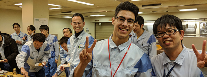 Sheldon Harrison, étudiant coop (au centre) avec des collègues de Dai Nippon Printing Co. Ltd., Chiba (Japon).