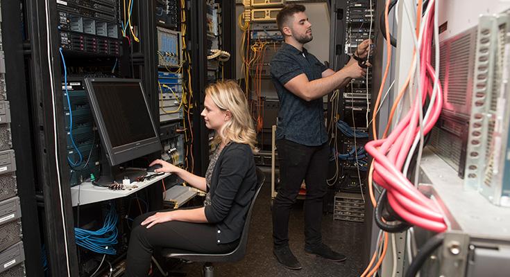 Étudiants travaillant avec des serveurs.