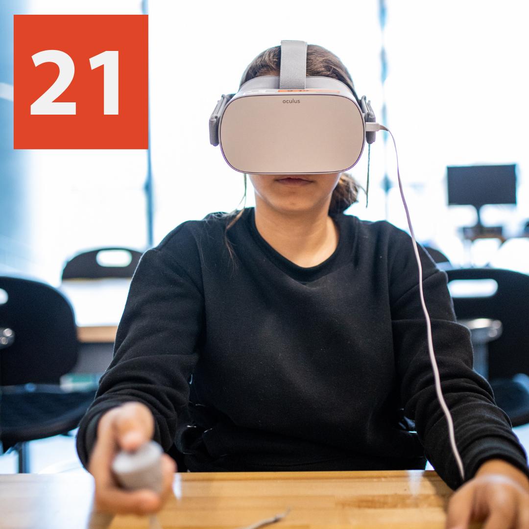 Quelqu'un utilisant un casque de réalité virtuelle