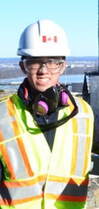 Un étudiant en génie au haut d'un bâtiment