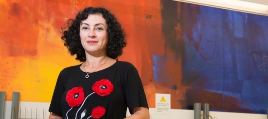 Professeure Diana Inkpen devant une muraille colorée