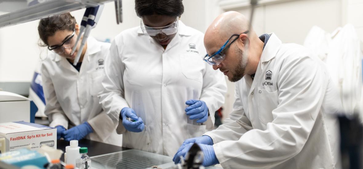 Un groupe de chercheurs dans un laboratoire