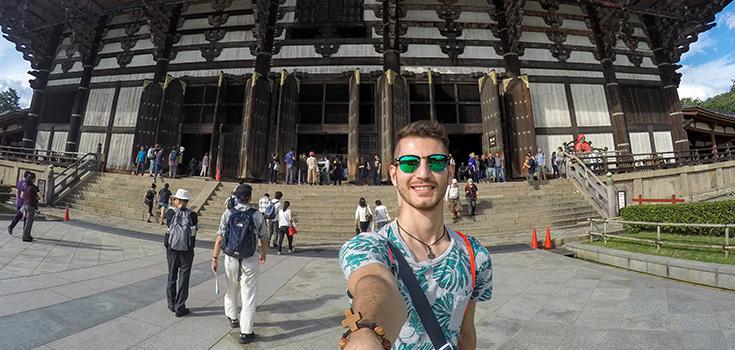Un étudiant prend un selfie au Japon.