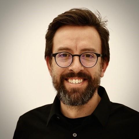 Photo d'un homme portant des lunettes
