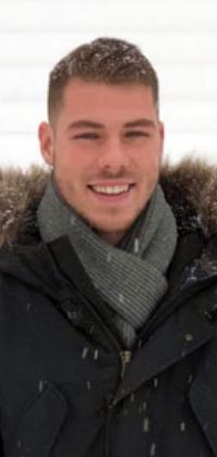 Un homme dehors portant un manteau d'hiver