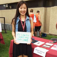 Une étudiante avec une pancarte