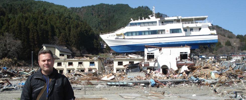 Ioan Nistor pose avec de l'infrastructure détruite lors du tsunami de Tohoku en 2011