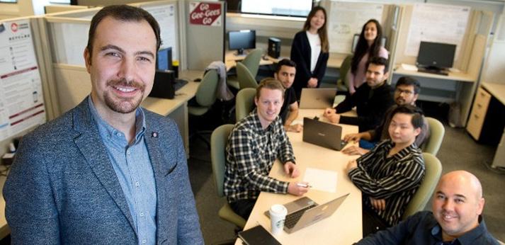 Un chercheur avec un groupe de gens autour d'une table