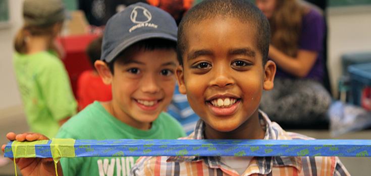Deux enfants avec leur projet