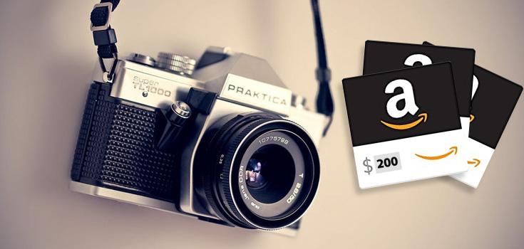 Une caméra avec des cartes cadeau.
