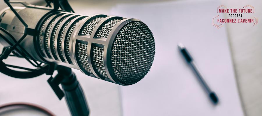 Un microphone et une feuille de papier