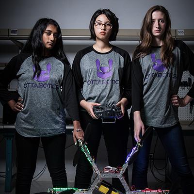 Trois étudiantes de l'équipe de robotique.