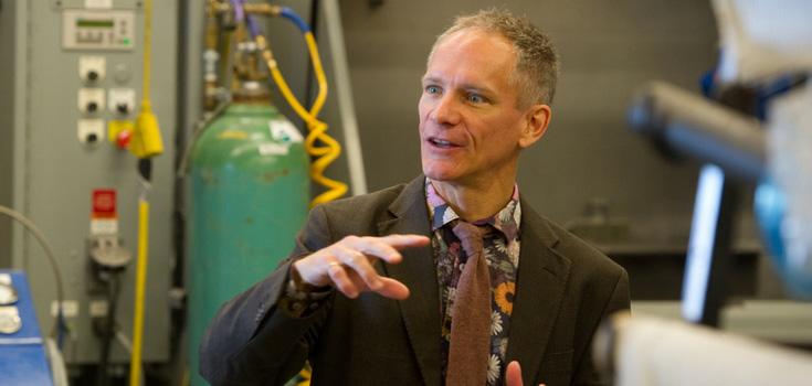 Bertrand Jodoin dans un laboratoire à l'Université d'Ottawa