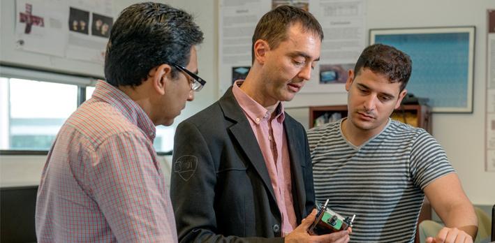 Professeur discute avec des étudiants diplômés