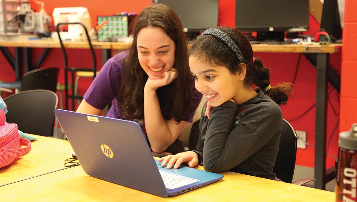 Deux filles travaillant sur un ordinateur