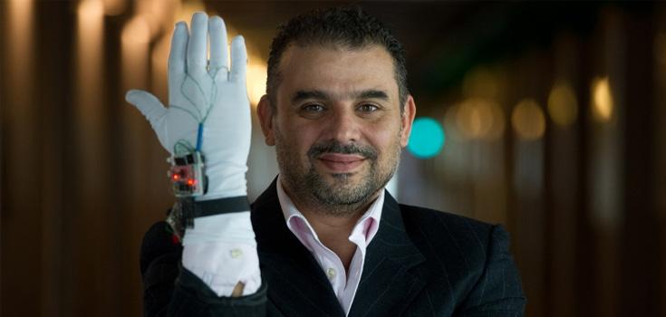 Dr. Abdulmotaleb El Saddik avec un appareil intelligent