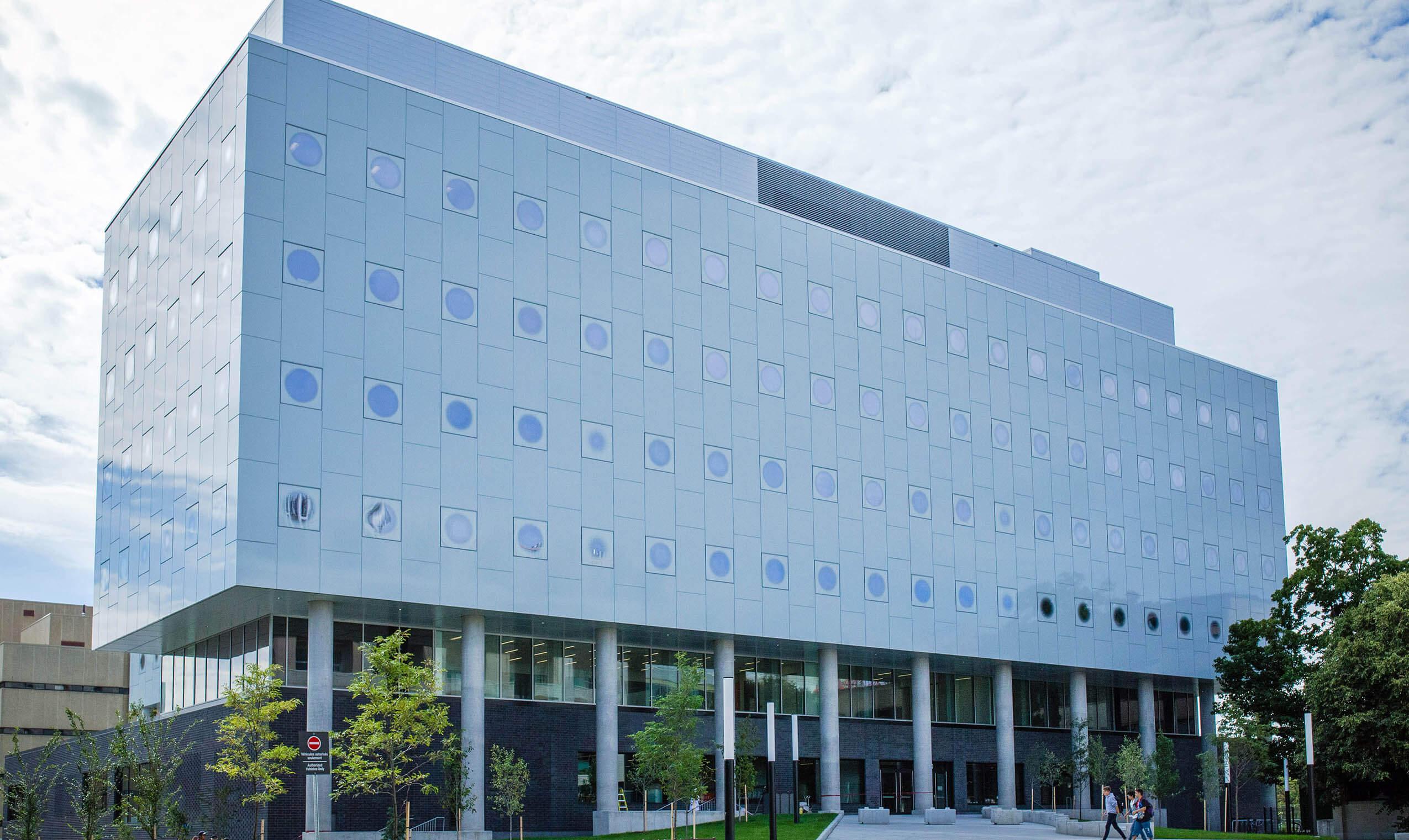 Photo d'un bâtiment moderne à l'Université d'Ottawa