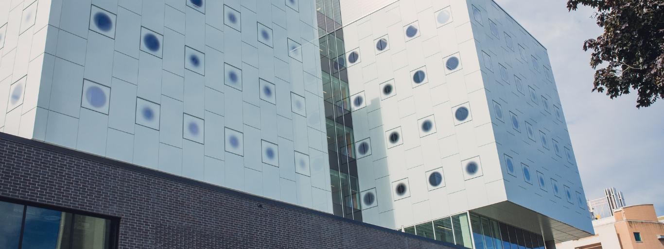 Une photo d'un bâtiment moderne