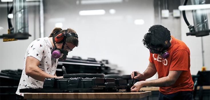 Deux étudiants travaillant sur un prototype.