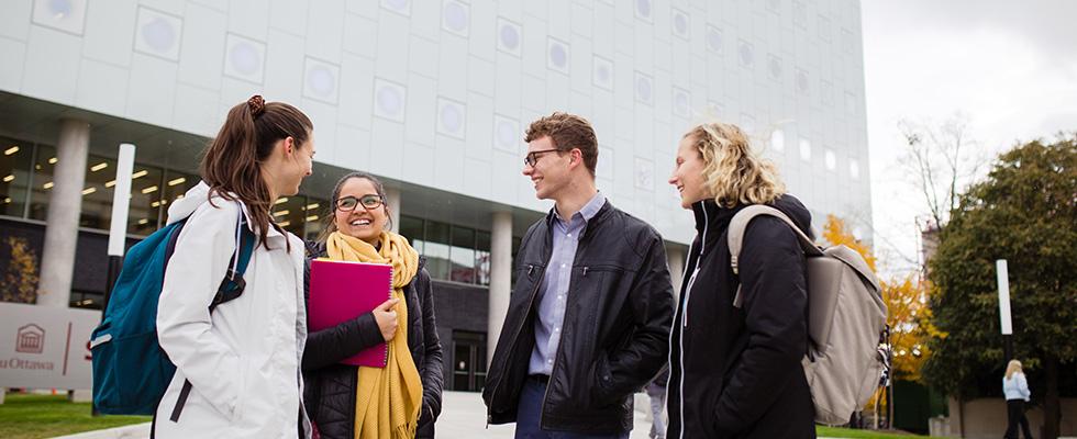 4 étudiants en avant du Complexe STEM
