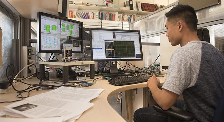 Étudiant qui analyse des données informatiques sur un ordinateur