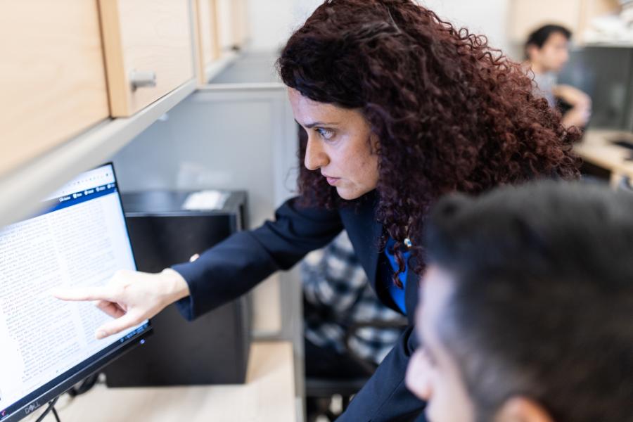 Professeure Melike Erol-Kantarci supervise un étudiant dans un laboratoire d'informatique