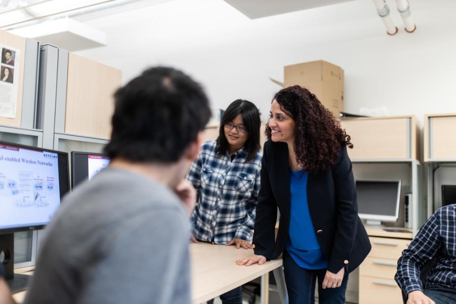 Professeure Melike Erol-Kantarci avec des étudiants dans un laboratoire d'informatique