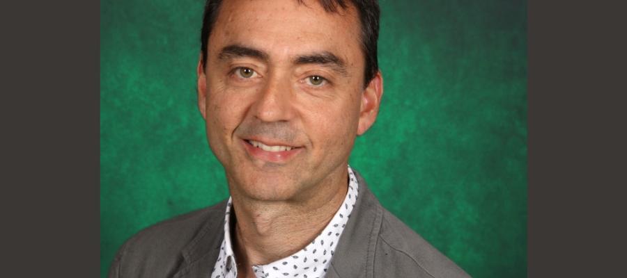 Photo d'un homme d'âge moyen devant un fond vert